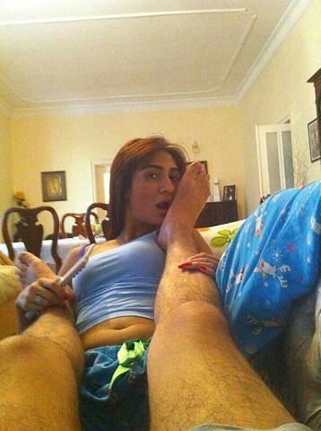 Муниса Ризаева лижет ногу мужику