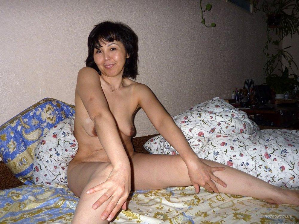 Зрелая голая казашка позирует на фото